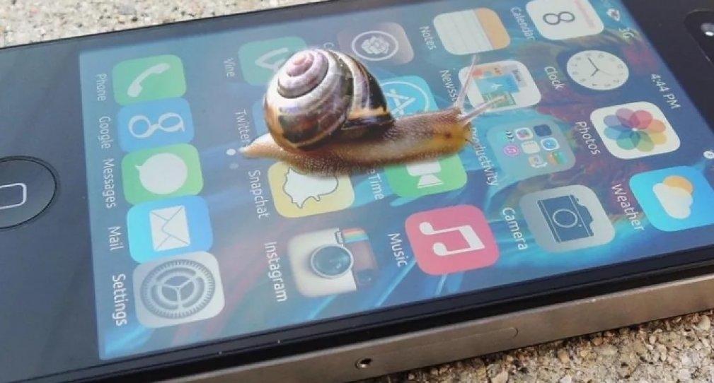 Apple  замедляет работу устаревших iPhone: как этого избежать?