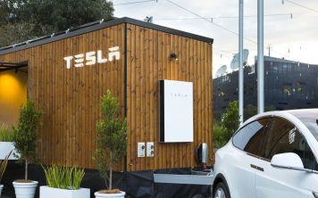 """Tesla построила """"домик на колесах"""" для рекламы чистой энергии"""