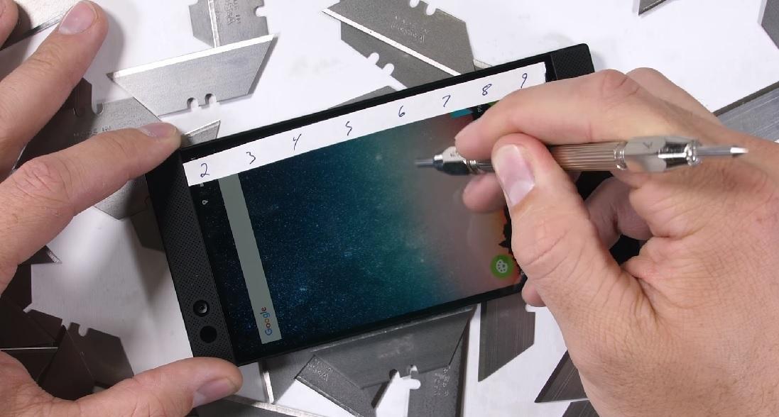 Видео: Тест на выносливость Razer Phone
