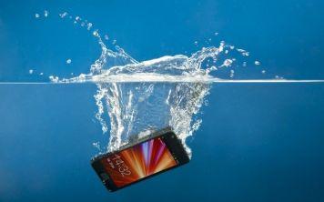 Как реанимировать телефон после падения в воду?