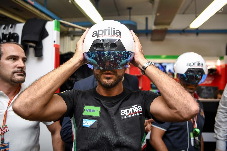 Команда Aprilia внедряет шлем AR в процесс обслуживания мотоциклов