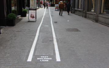 Чтобы перейти улицу, нужно убрать смартфон